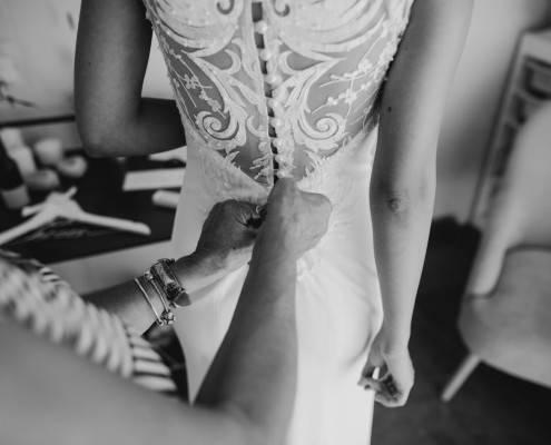 שמלה לחתונה פשוטה ועם תחרה בעיצובו של ואדים מרגולין