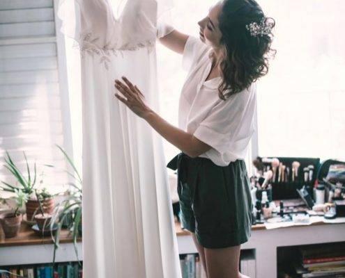 כלה בחנות מעצב שמלות כלה